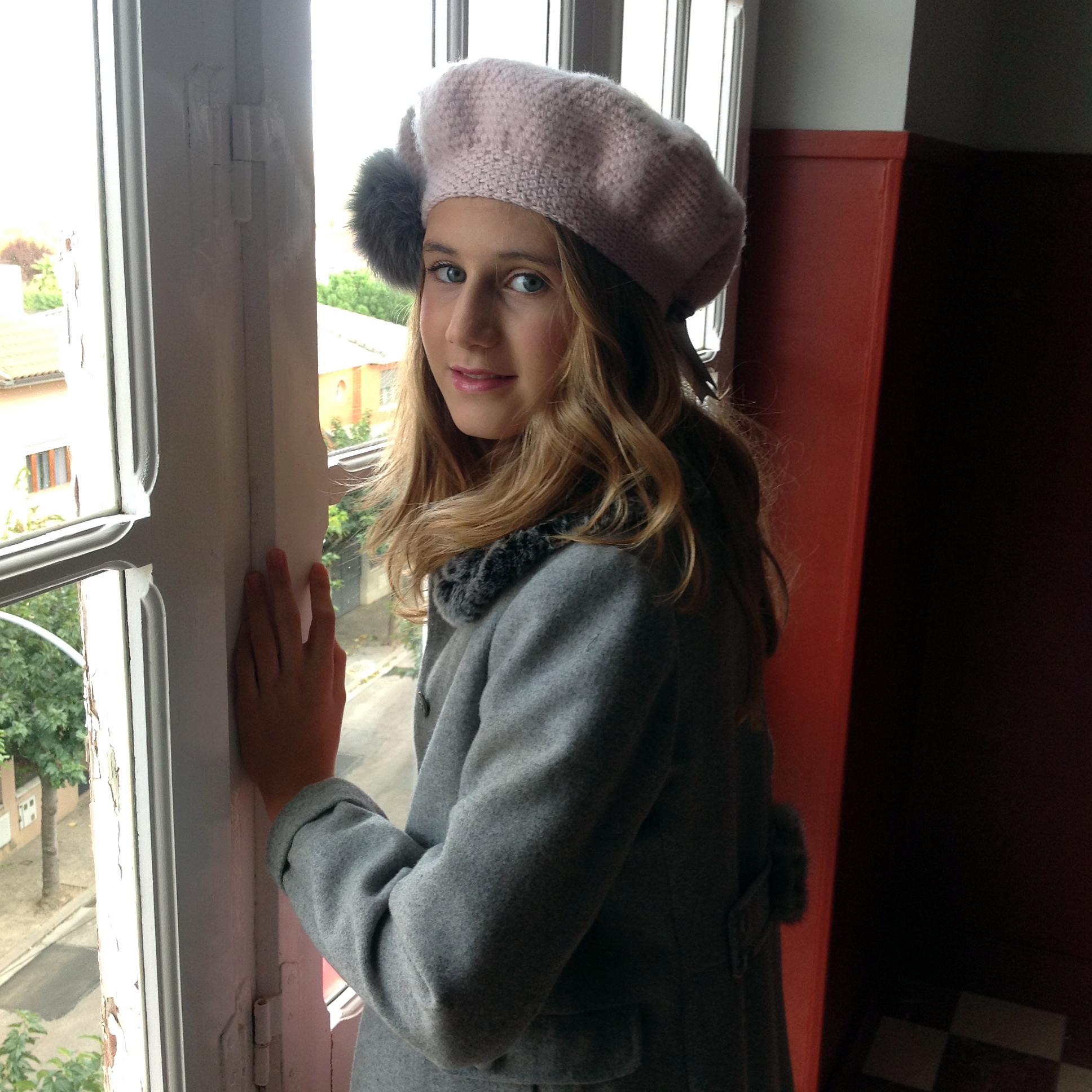 Boina tejida a mano en lana Merino con borlón de zorro
